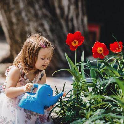 Дети в сад – как приучить детей к работам в саду?
